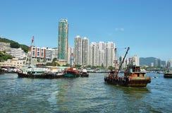 Skyline der Wolkenkratzer und der Fischerboote in Aberdeen-Pier von Hong Kong Lizenzfreie Stockfotografie