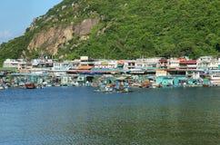 Skyline der Wolkenkratzer und der Fischerboote in Lamma-Insel, Hong Kong Stockbilder
