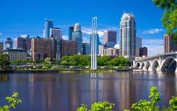 Skyline des Fluss Mississipi, Minneapolis Lizenzfreie Stockfotografie