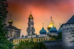 Skyline des Klosters in Russland bei Sonnenuntergang lizenzfreies stockbild