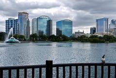 Skyline des Sees Eola und Orlandos Lizenzfreie Stockfotografie
