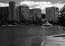 Skyline des Sees Eola und Orlandos Stockbilder