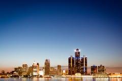Skyline Detroits, Michigan in der Dämmerung stockbild