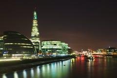 Skyline do banco de Tamisa da cidade de Londres na noite Fotografia de Stock Royalty Free