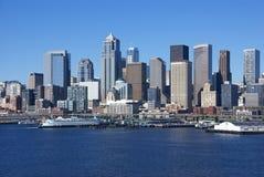 Skyline do beira-rio de Seattle, com balsa Imagens de Stock Royalty Free