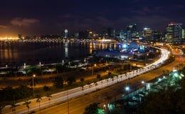 Skyline do capital Luanda e do seu beira-mar durante a noite, Angola, África foto de stock royalty free