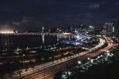 Skyline do capital Luanda e do seu beira-mar durante a noite, Angola, África imagens de stock