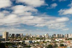 Skyline do centro da cidade das casas residenciais dos céus azuis de Honolulu Imagem de Stock