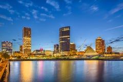 Skyline do centro da cidade de Milwaukee, Wisconsin, EUA no Lago Michigan imagens de stock