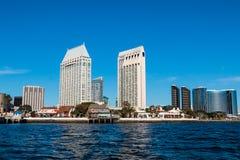 Skyline do centro da margem com vila do porto Foto de Stock Royalty Free
