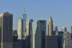 Skyline do centro de New York na margem fotografia de stock royalty free