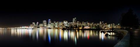 A skyline do centro de Vancôver na noite de Stanley Park imagens de stock