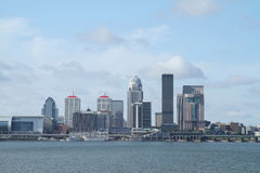 Skyline do dia de Louisville Kentucky como visto através do Rio Ohio imagens de stock