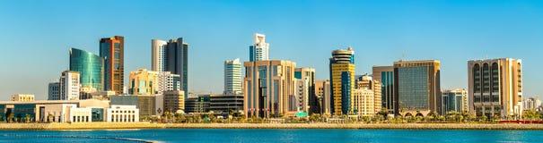 Skyline do distrito financeiro da central de Manama O reino de Barém fotos de stock royalty free