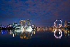 A skyline do distrito financeiro de Singapura na noite em Marina Bay, canta Fotos de Stock