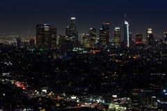 Skyline do LA na noite fotografia de stock royalty free