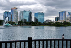 Skyline do lago Eola e do Orlando fotografia de stock royalty free