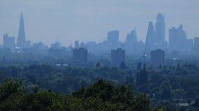 Skyline do leste de Londres com o pepino de London Eye do estilhaço fotos de stock royalty free