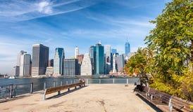 Skyline do Lower Manhattan como visto de Brooklyn foto de stock