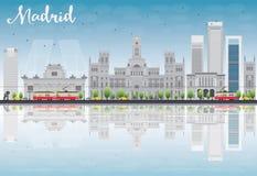 Skyline do Madri com construções cinzentas, o céu azul e as reflexões ilustração royalty free