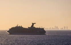 Skyline do por do sol de Miami do navio de cruzeiros Foto de Stock Royalty Free