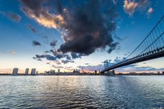 skyline do por do sol de Philadelphfia Pensilvânia dos jers novos de camden Imagem de Stock Royalty Free