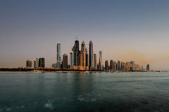 Skyline do porto de Dubai como visto da palma Jumeirah, UAE Foto de Stock Royalty Free