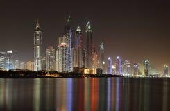 Skyline do porto de Dubai na noite Fotografia de Stock