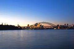 Skyline do porto de Sydney no crepúsculo Fotos de Stock