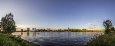 Skyline do rio e da cidade Fotos de Stock Royalty Free