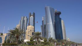 A skyline do shopping de Doha, a capital de Catar Vista com ângulo largo em arranha-céus e pequeno inferiores filme