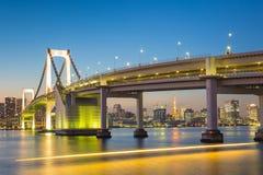 Skyline do Tóquio com torre do Tóquio e ponte do arco-íris Tokyo, Japão Foto de Stock Royalty Free