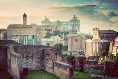 Skyline do vintage de Roma, Itália Della Patria de Roman Forum e de Altare Fotos de Stock