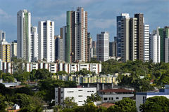 Skyline dos arranha-céus e de baixos casas, Brasil Fotografia de Stock