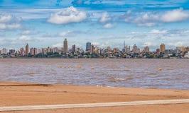Skyline dos Posadas em Argentina, fotografada da praia em Encarnacion fotos de stock royalty free