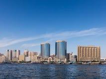Skyline Dubai Creek e torres gêmeas de Deira em Dubai Foto de Stock Royalty Free