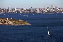 Skyline e barco do porto de Sydney foto de stock royalty free