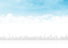 Skyline e céu azul com nuvens Foto de Stock Royalty Free