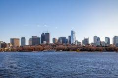 Skyline e Charles River de Boston vistos de Cambridge - Massachusetts, EUA Foto de Stock Royalty Free