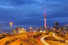 Skyline e estrada de Auckland imagem de stock