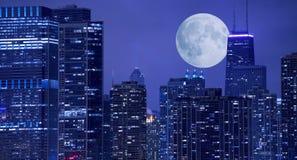 Skyline e lua Fotografia de Stock Royalty Free