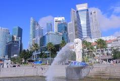 Skyline e Merlion de Singapura Fotos de Stock Royalty Free
