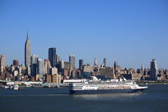 Skyline e navio de cruzeiros de New York City imagem de stock royalty free