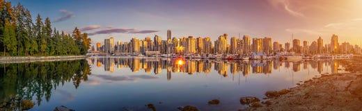 A skyline e o porto bonitos de Vancôver com por do sol idílico incandescem, Columbia Britânica, Canadá Imagens de Stock