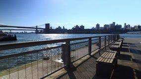 Skyline e ponte de Brooklyn como visto da esplanada de East River do cais 15 filme
