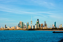 Skyline e porto de Kuwait Imagem de Stock