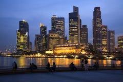 Skyline e povos de Singapore no crepúsculo fotos de stock