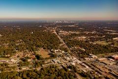 Skyline e subúrbios da cidade de Atlanta do ariplane foto de stock