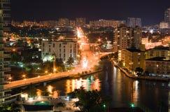 Skyline e tráfego da noite de Miami Beach Fotos de Stock