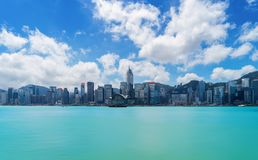 Skyline e Victoria Harbour de Hong Kong Downtown com céu azul f imagem de stock royalty free